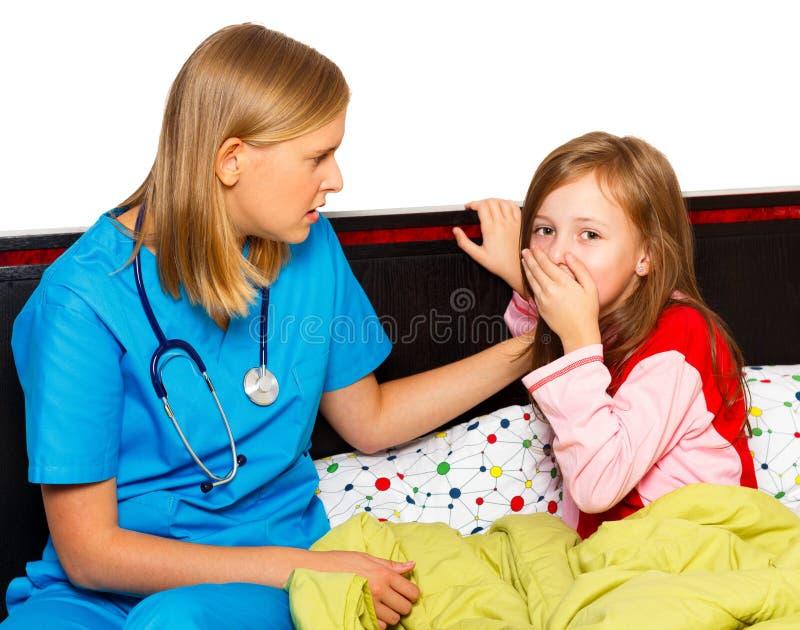 Liten patient med sträng hosta arkivbild