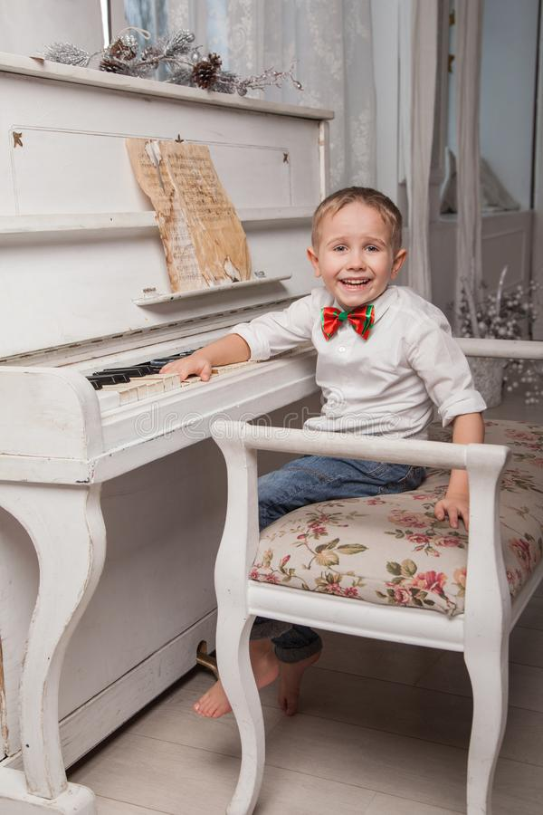 liten pianist royaltyfria foton