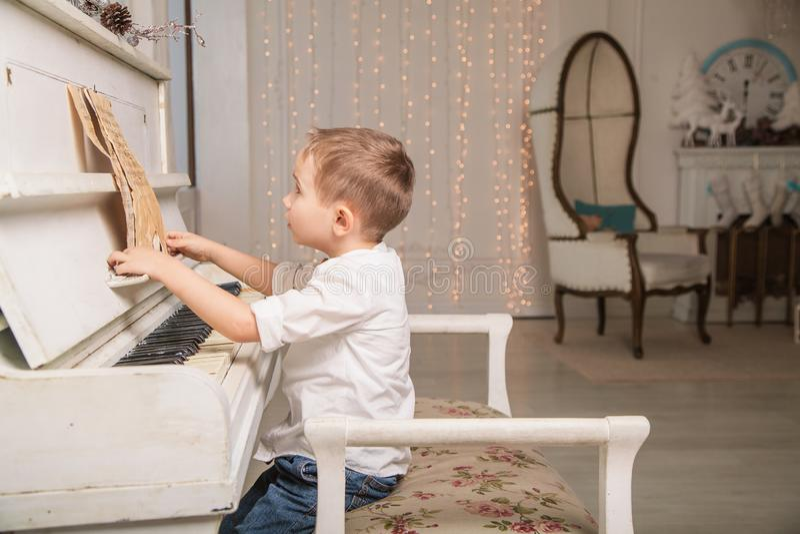 liten pianist royaltyfri foto