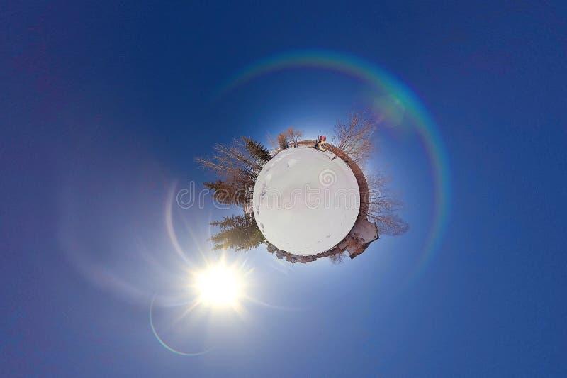 Liten planet av snö med en lekplats fotografering för bildbyråer