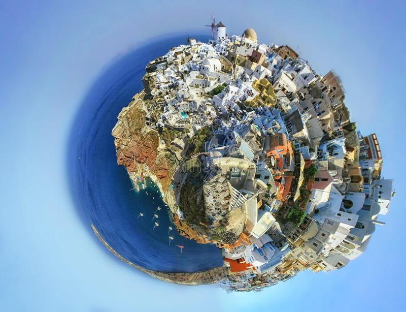 Liten planetpanorama av Oia Santorini Grekland på fantasisoluppgång Tappning f?rgad bild royaltyfri bild