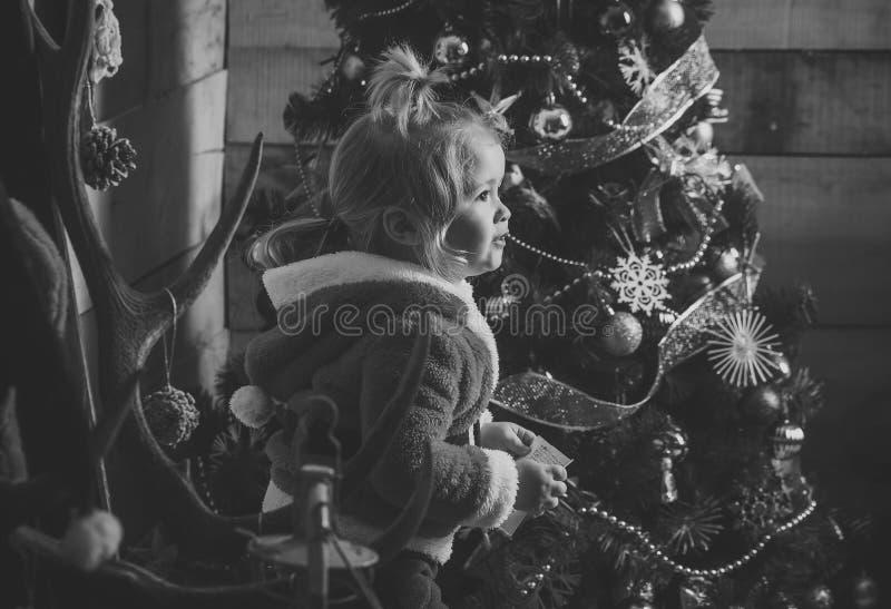 Liten pojke för nytt år med papper royaltyfri fotografi