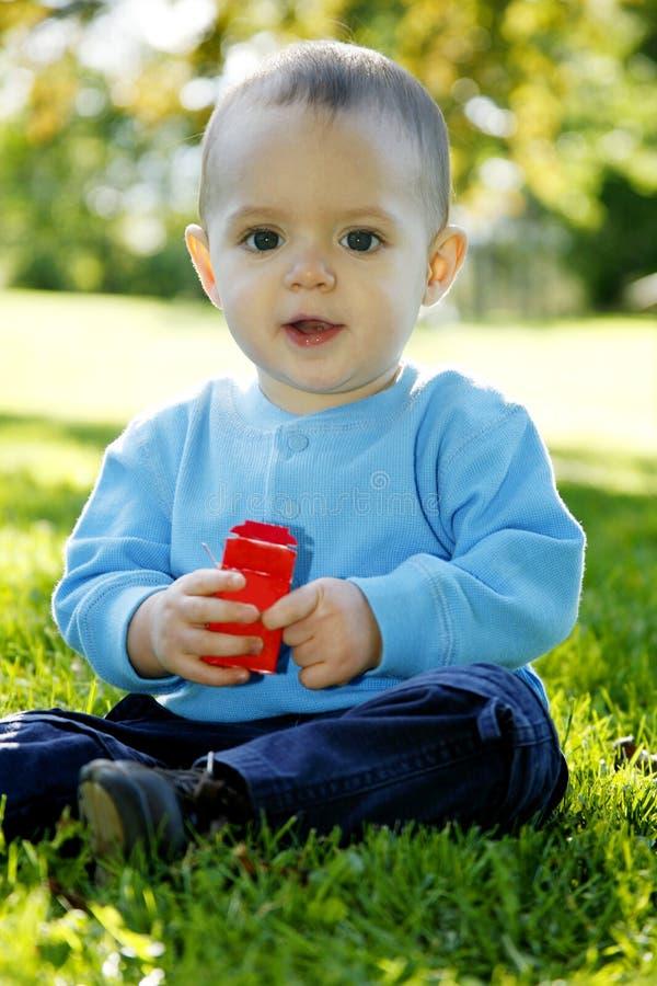 liten pojke utomhus royaltyfria foton