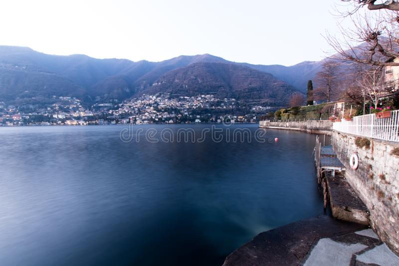 Liten port av en stad på sjön Como med lagring av fiskebåtar royaltyfria bilder