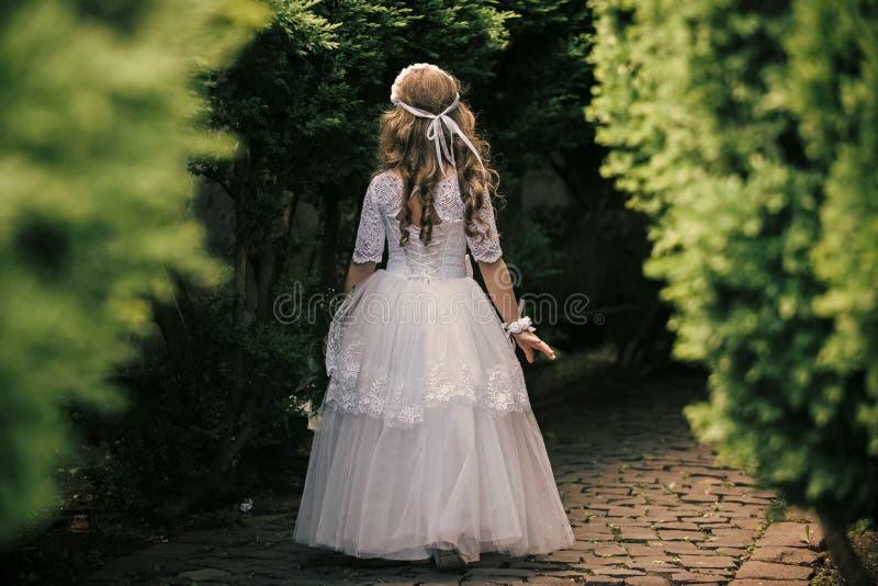 liten princess blommar flickaholdingbarn royaltyfri bild