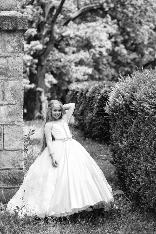 liten princess för flicka Liten flicka i den utomhus- vita klänningen royaltyfria bilder