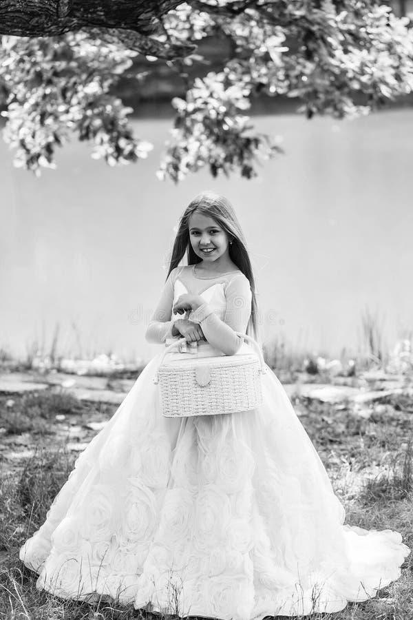 liten princess Liten flicka i den utomhus- vita klänningen fotografering för bildbyråer