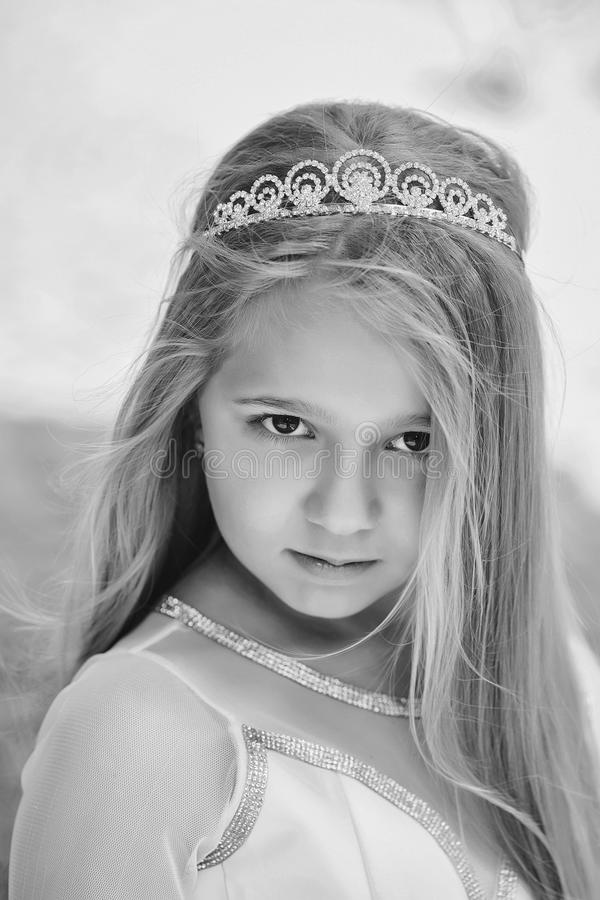 liten princess Liten flicka i prinsessakrona arkivbilder