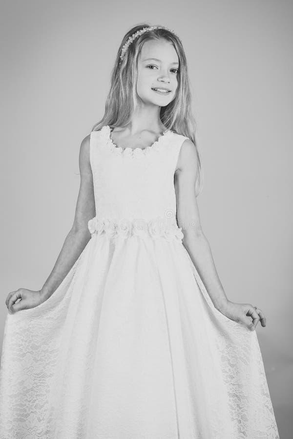 Liten prinsessa i den vita klänningen liten princess för flicka fotografering för bildbyråer