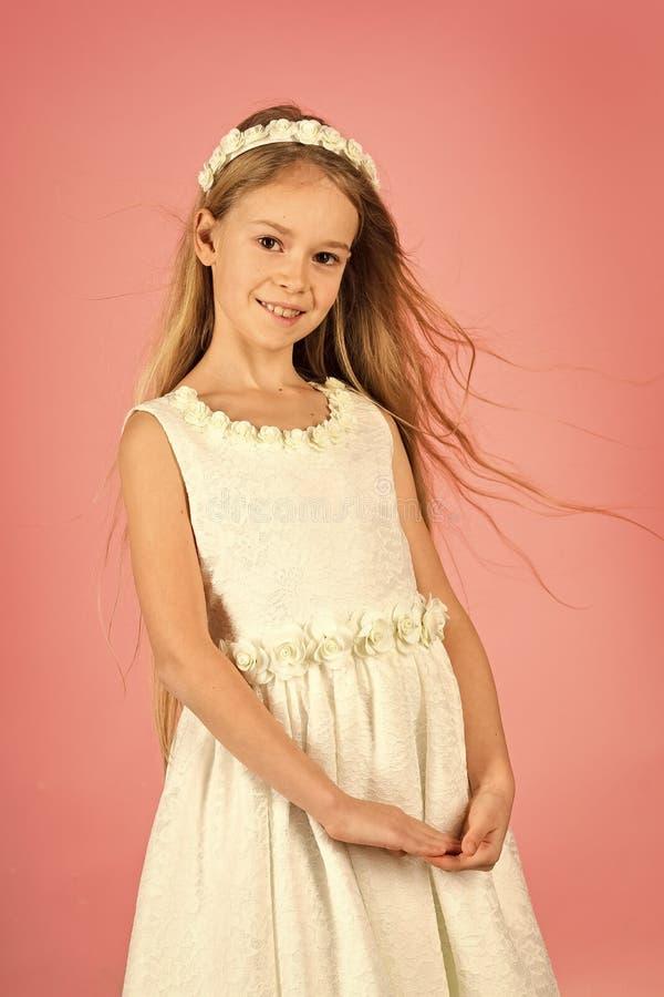 Liten prinsessa i den vita klänningen liten princess för flicka arkivbilder