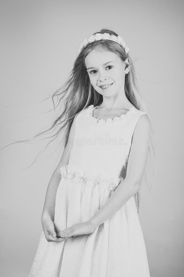 Liten prinsessa i den vita klänningen liten princess för flicka arkivfoto