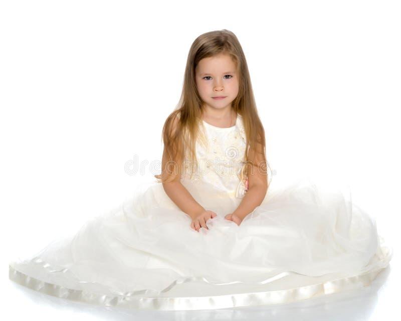 Liten prinsessa i den vita kl?nningen fotografering för bildbyråer