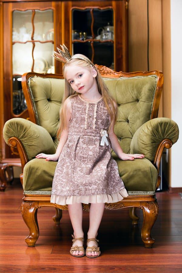 Liten prinsessa på en stol fotografering för bildbyråer