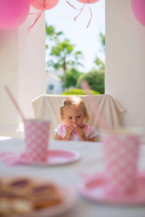 Liten prinsessa Sitting på hennes födelsedagparti arkivfoton