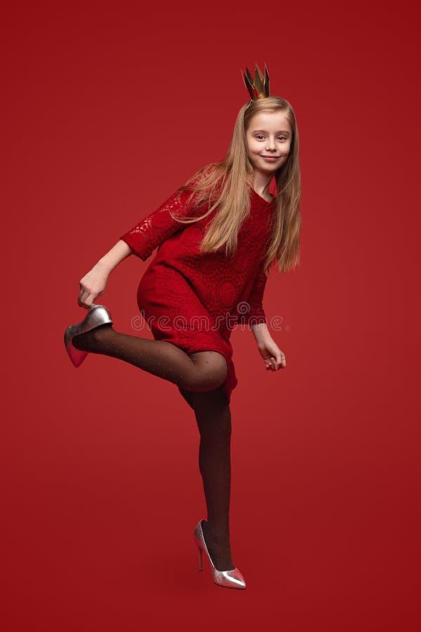 Liten prinsessa som sätter på skor arkivbilder