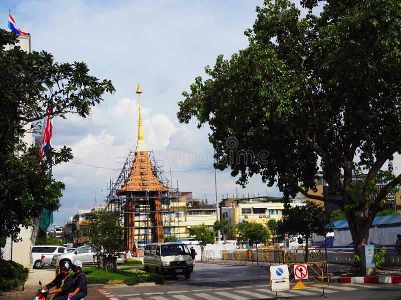 Liten provinsiell begravnings- understödjande stationskonstruktion för thailändsk sen konung framme av BMA arkivfoton