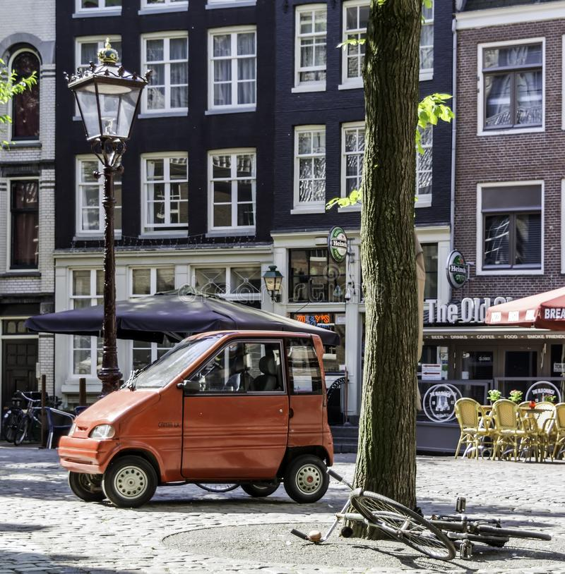Liten röd bil och liggande cykel arkivfoton