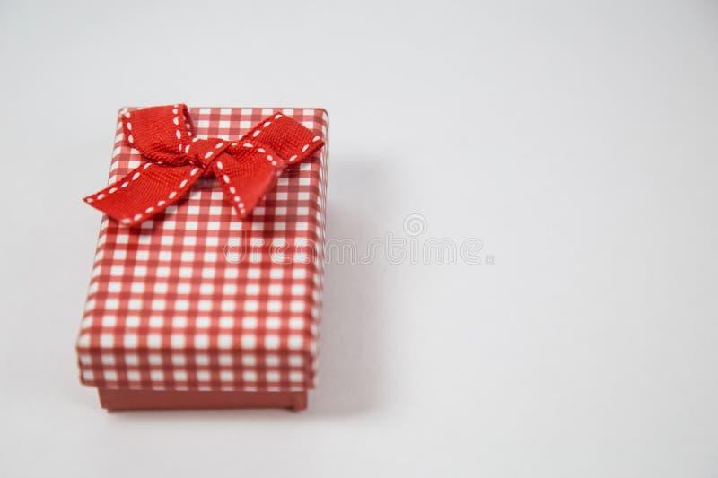 Liten röd gåvaask som isoleras på vit bakgrund Minsta begrepp royaltyfri bild