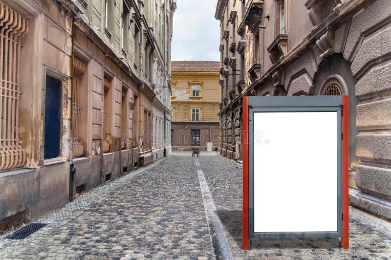 Liten röd tom affischtavla för massmediaaffärsannons på gatan royaltyfri foto