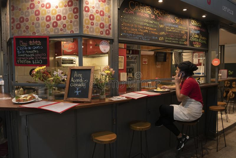 Liten restaurang i San Telmo Market, Buenos Aires, Argentina royaltyfri fotografi
