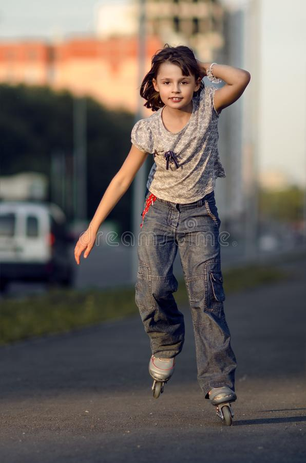 liten rullskridskor för flicka fotografering för bildbyråer
