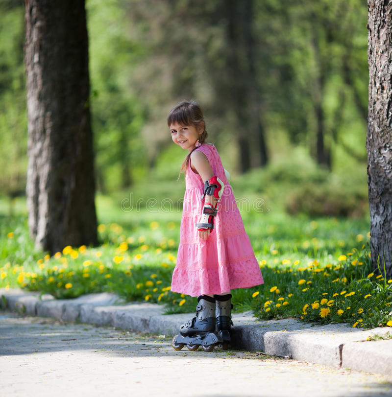 liten rullskridskor för flicka royaltyfri bild
