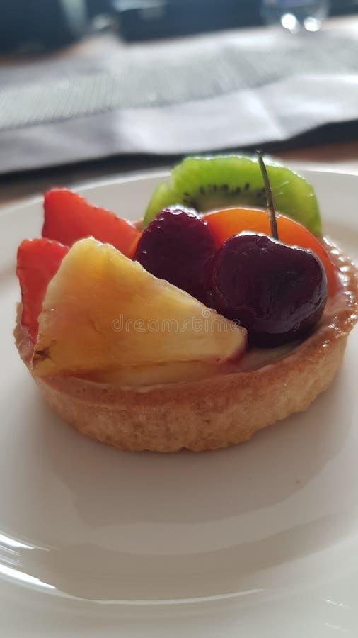 Liten söt blandad fruktkaka royaltyfria foton