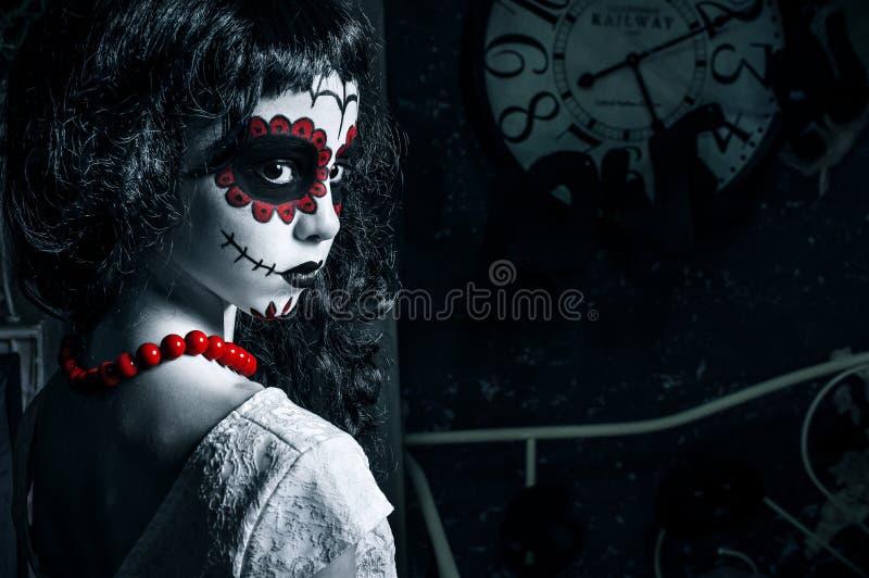 Liten santa muerteflicka med svart lockigt hår royaltyfri fotografi