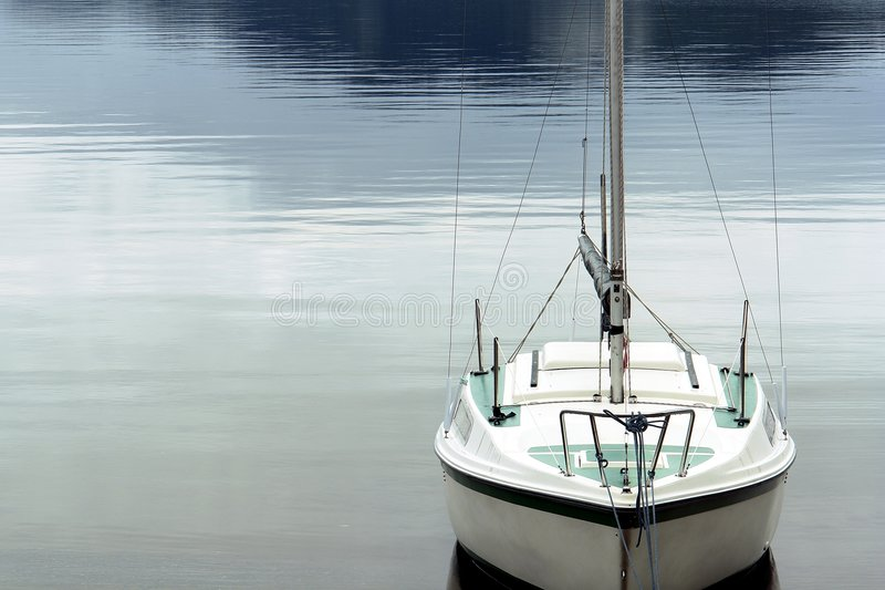 liten segelbåt arkivfoton