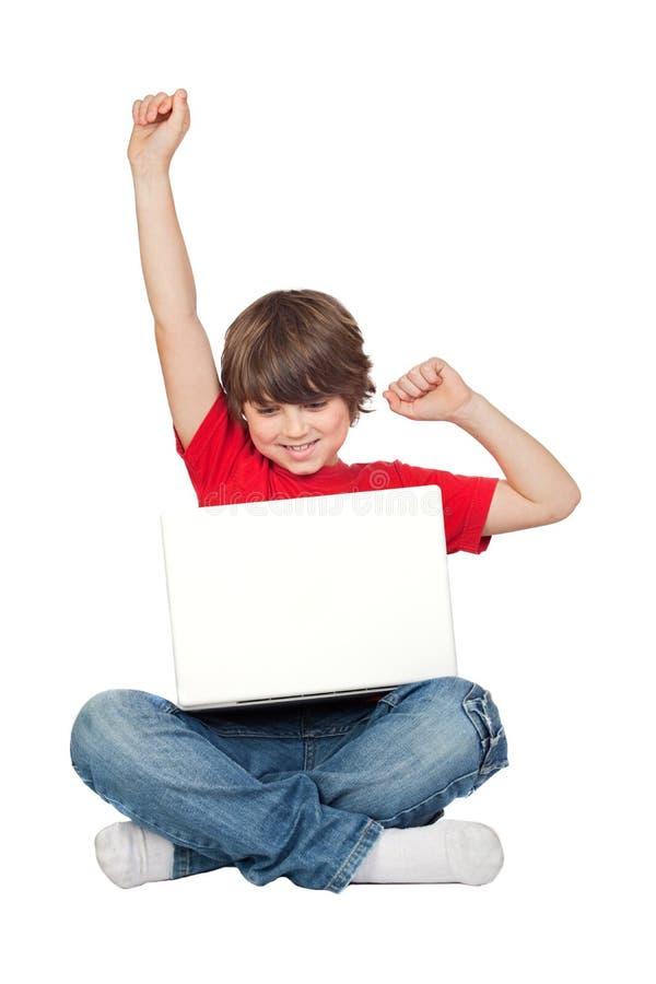 liten sittande vinnare för pojkebärbar dator arkivbild