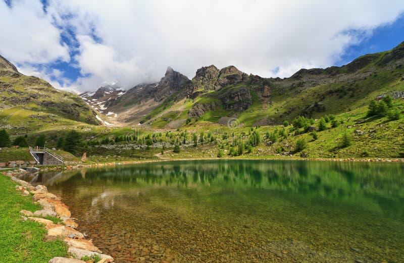 Liten sjö i den Pejo dalen royaltyfria bilder