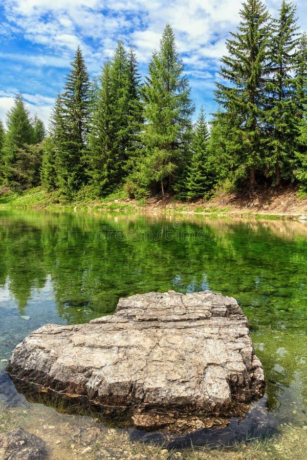 Liten sjö i Val Badia royaltyfria bilder