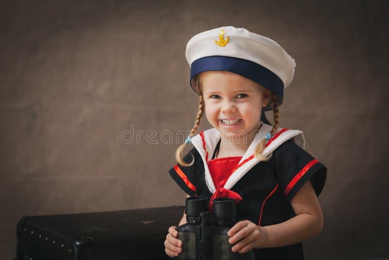 Liten sjöman med kikare royaltyfria bilder