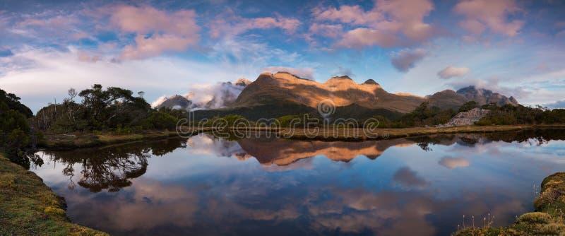 Liten sj? p? den nyckel- toppm?tet, Routeburn sp?r, Nya Zeeland Fotvandra i bergen det nyckel- toppmötespåret, sydliga fjällängar arkivbild
