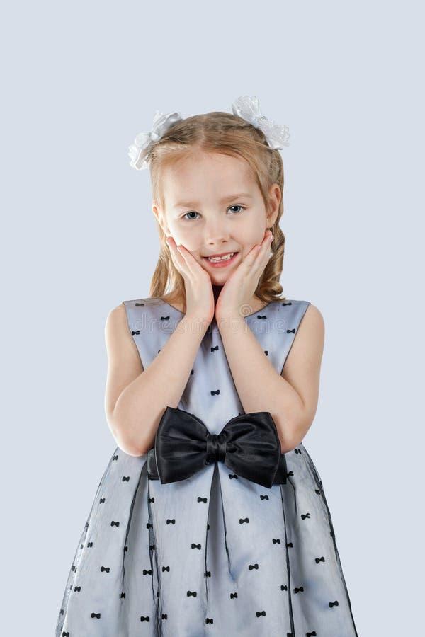Liten skönhet i en härlig klänning arkivfoto