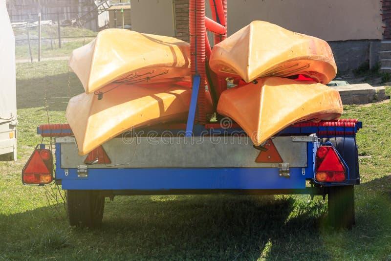 Liten sl?p blå färg på den är små kanotfartyg Dagsljus arkivfoto
