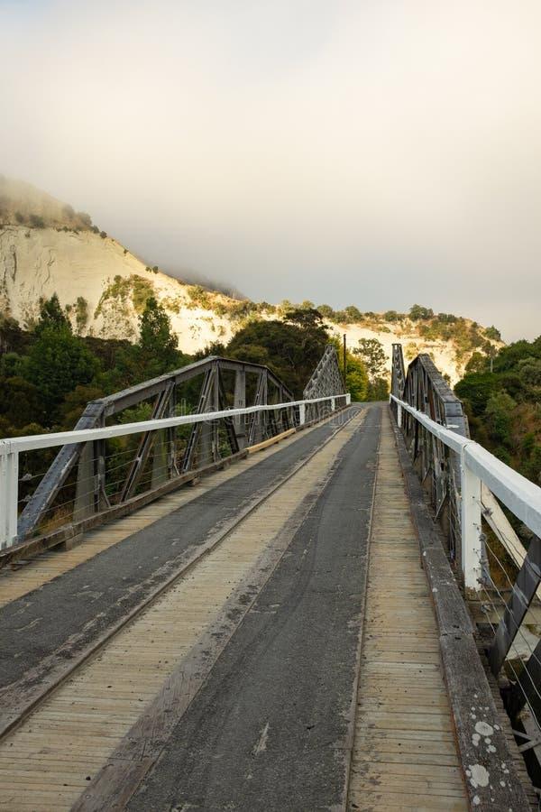 Liten smal en vägbro över den Rangitikei floden, norr ö, Nya Zeeland arkivbild