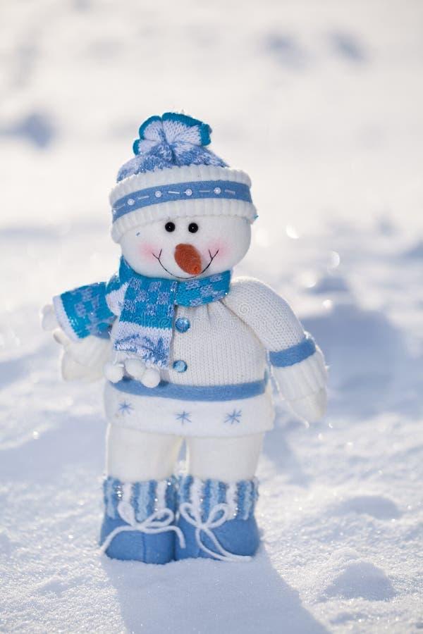 Liten snögubbe med morotnäsan. arkivbilder