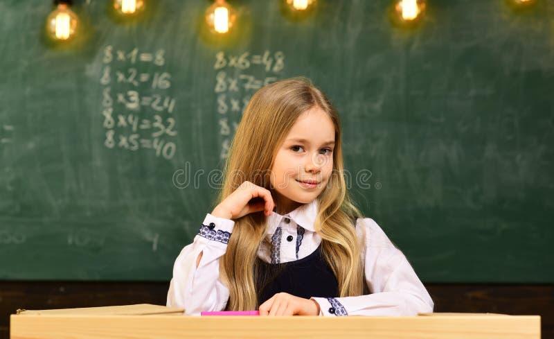 Liten snille på skolan mer idé av liten snille framtida liten snille liten snilleflicka som ler på skolan Student royaltyfri bild