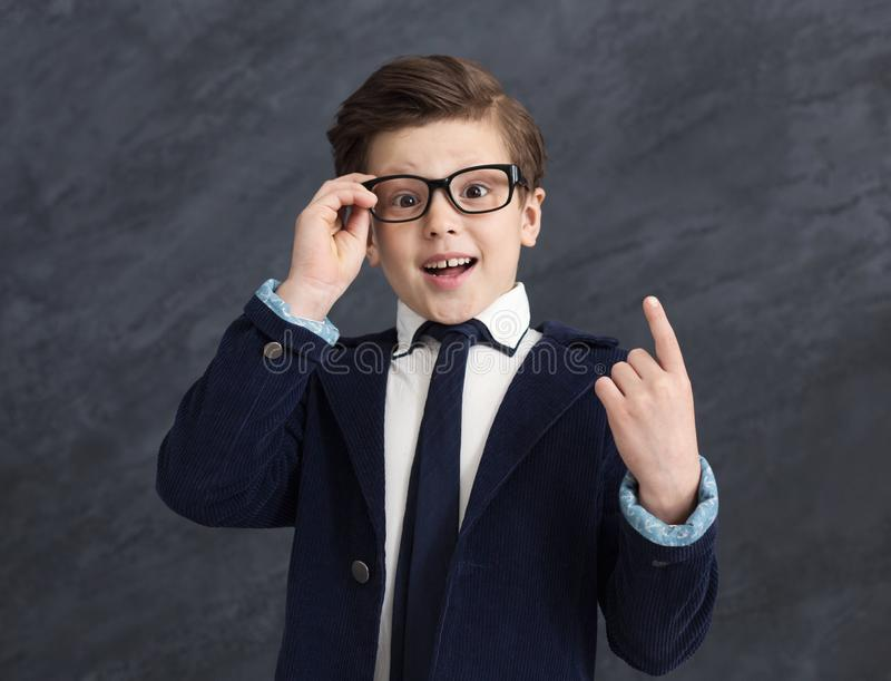 Liten snillepojke som har idé royaltyfri fotografi