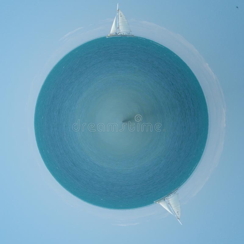 Liten sol av segelbåten och reflexionen royaltyfri foto