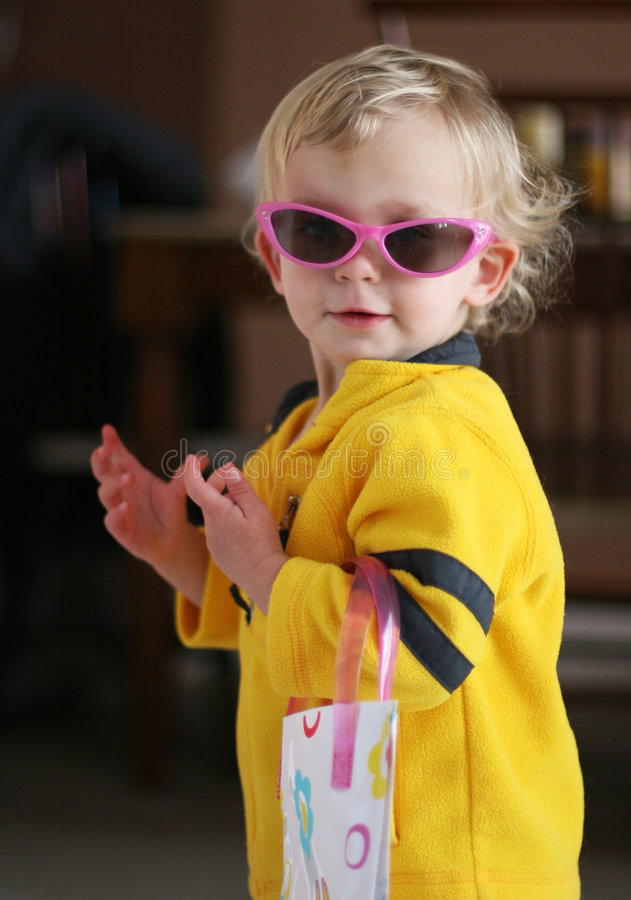 liten solglasögon för flicka arkivfoto