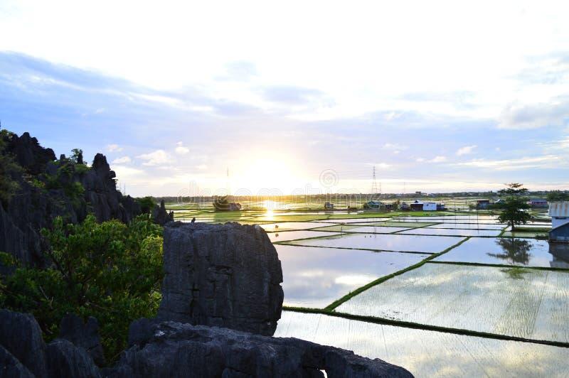 Liten solnedgång på byn arkivfoton