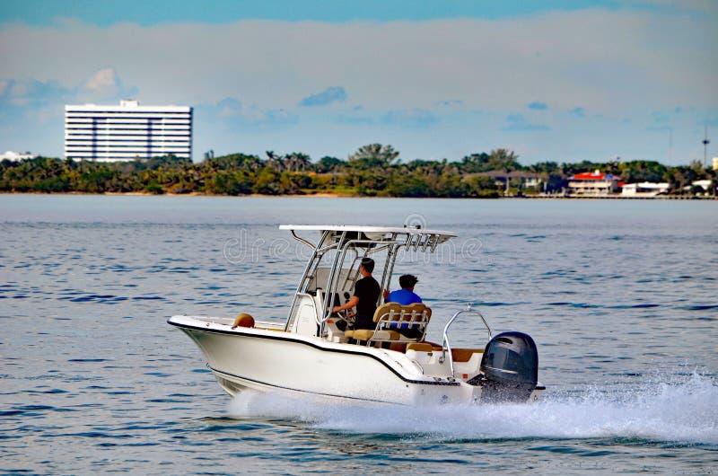 Liten sportfiskebåt som drivas av en enkel utombords- motor royaltyfria bilder