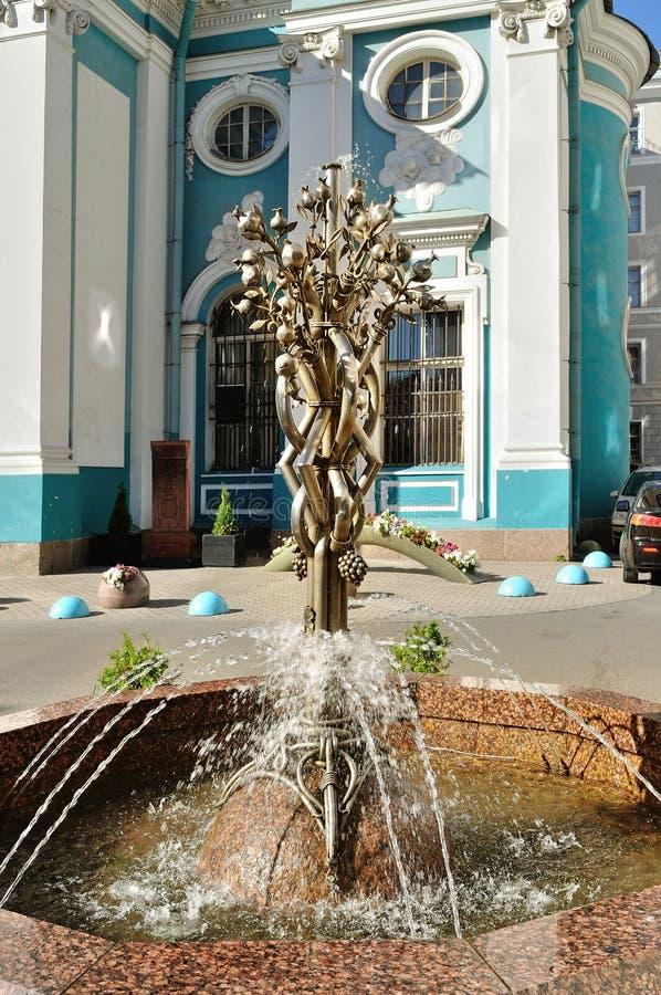 Liten springbrunn i formen av granatäppleträdet nära armenisk apostolisk ortodox kyrka av St Catherine på den Nevsky utsikten royaltyfria bilder