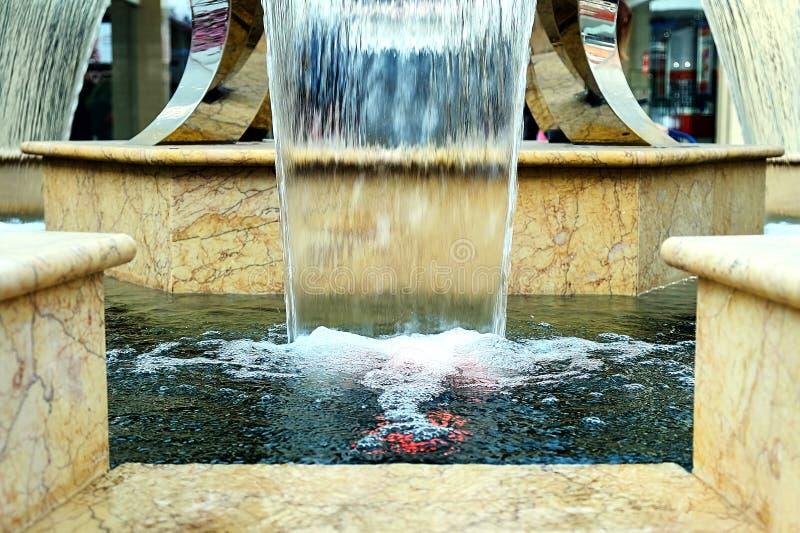 Liten springbrunn på gallerian royaltyfri bild