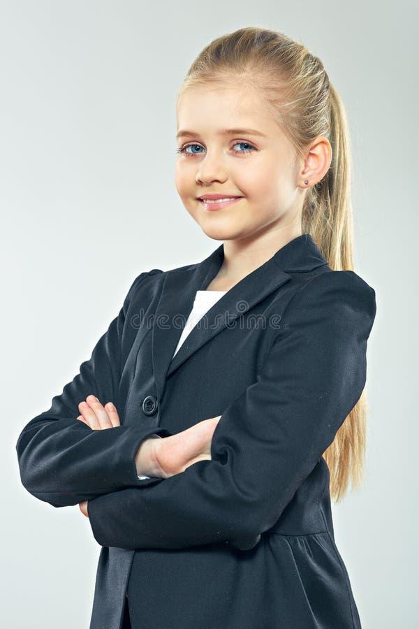 Liten stående för affärskvinna med korsade armar arkivbild
