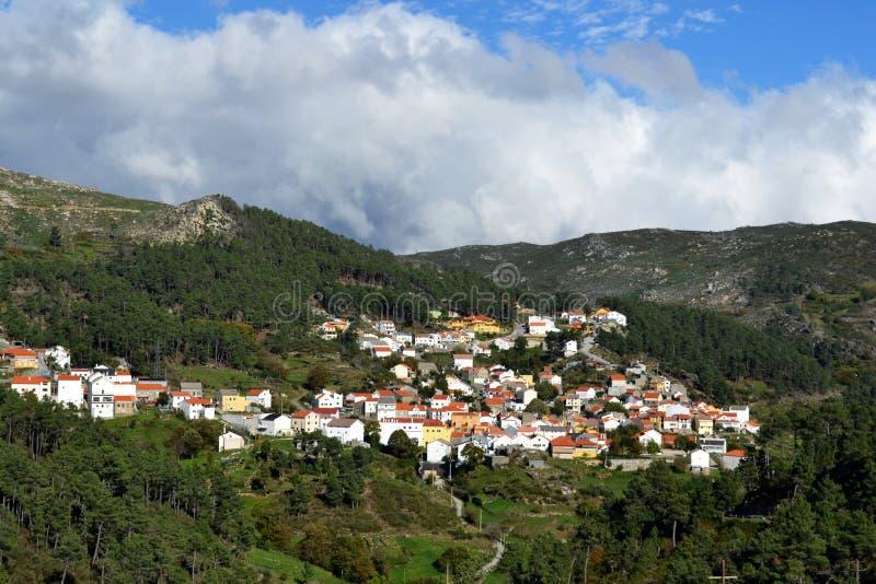 Liten stad överst av ett berg royaltyfri bild