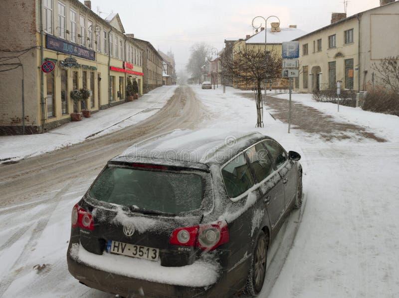 Liten stad i en vintersäsong royaltyfria bilder