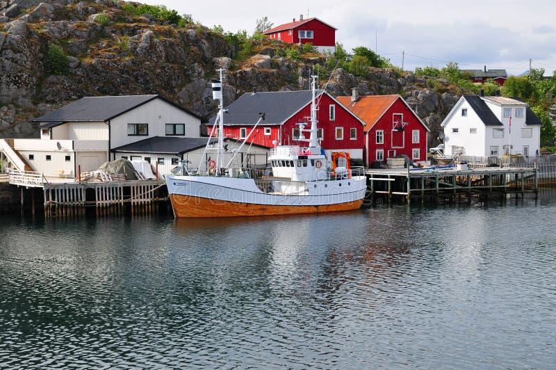 Liten stad och fartyg i det Norge landskapet fotografering för bildbyråer